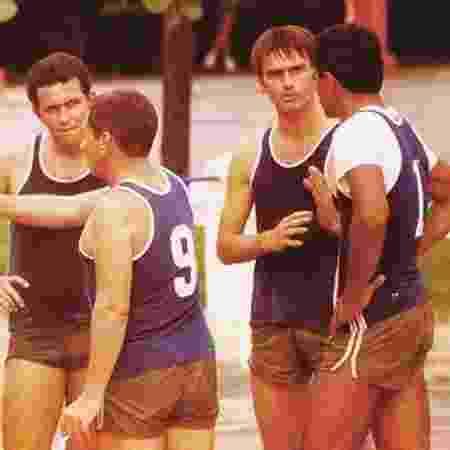 Em imagem de arquivo, Bolsonaro (o segundo da dir. para a esq.) joga basquete com colegas da brigada paraquedista do Exército - Arquivo pessoal