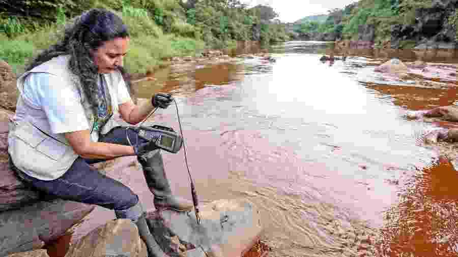 31.jan.2019 - Pesquisadora da Fundação SOS Mata Atlântica participa de expedição para monitorar a qualidade da água do rio Paraopeba, atingido pela enxurrada de lama que vazou da barragem da Vale em Brumadinho (MG) - Gaspar Nóbrega/SOS Mata Atlântica