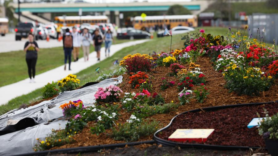 Jardim feito em homenagens as vítimas do tiroteio em massa na escola Marjory Stoneman Douglas  em Parkland, na Flórida - Eve Edelheit/The New York Times
