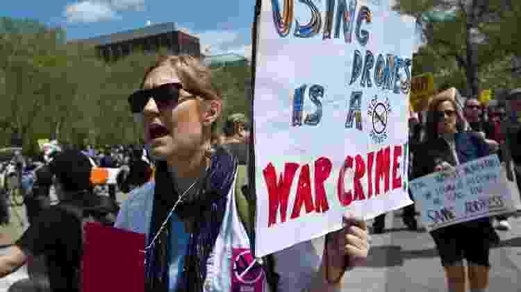 Manifestante reclama do uso de drones pelo governo dos EUA em 2013; no cartaz, os dizeres: 'usar drones é crime de guerra' - Nicholas Kamm/AFP