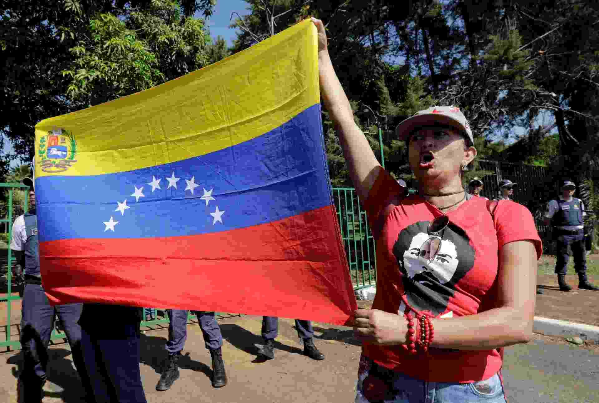 Manifestantes seguram bandeira da Venezuela - SERGIO MORAES/REUTERS