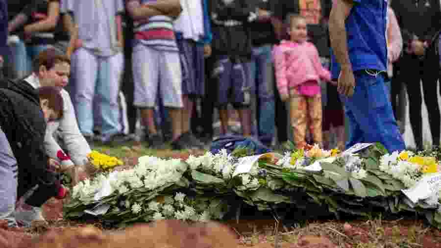 O corpo de Denys Henrique Quirino da Silva, 16, é sepultado no cemitério da Nova Cochoeirinha, na zona norte da capital. O garoto foi morto após operação policial em baile funk na comunidade de Paraisópolis - Danilo Verpa/Folhapress