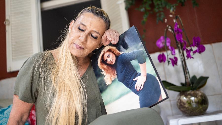 14.mai.2020 - Retrato de Rita Cadillac em sua casa durante pandemia de Covid-19 - Simon Plestenjak/UOL