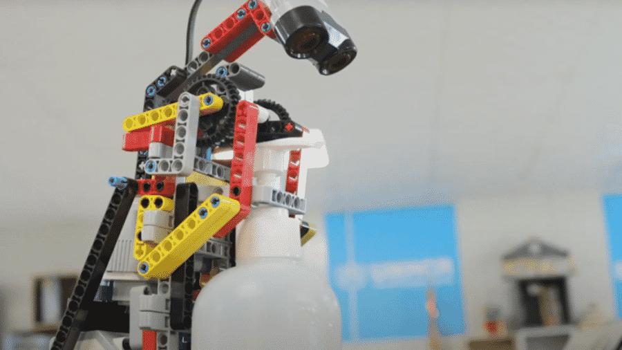 Robô criado por refugiados para combater o coronavírus; ele dispensa desinfetante nas mãos sem precisar ser tocado - Divulgação/UNHCR