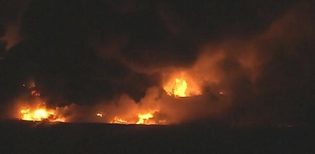 Fogo em Cotia | Incêndio de grandes proporções atinge galpão na Grande SP