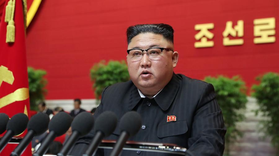 5.jan.2021 - O líder da Coreia do Norte Kim Jong Un discursa durante o primeiro dia do congresso do partido  - AFP/KCNA VIA KNS
