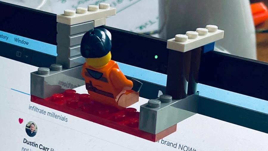 Lego se transforma em divertido anti-webcam - Reprodução/Twitter @freezydorito