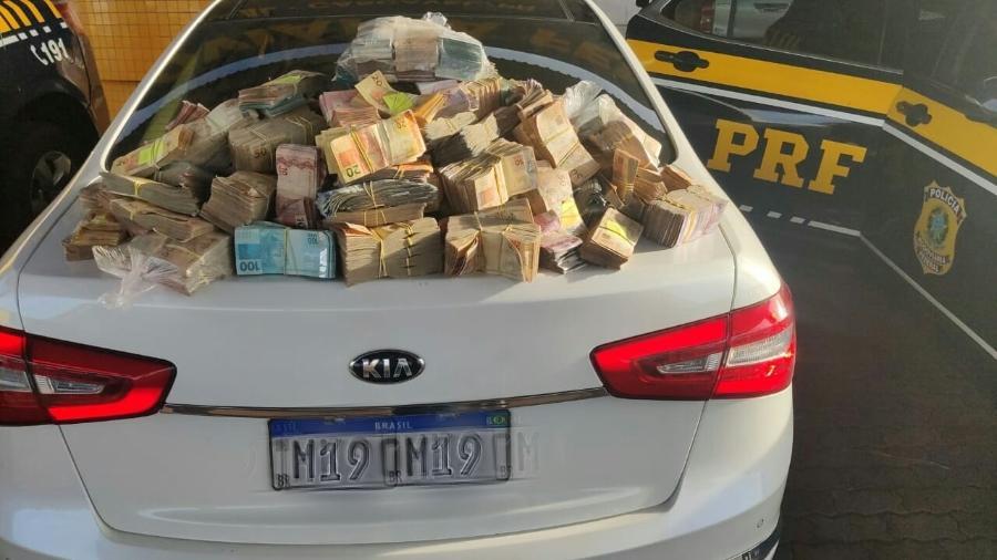 Dinheiro apreendido com casal em Cascavel, pela PRF, foi levado para a Polícia Federal - Divulgação PRF-PR
