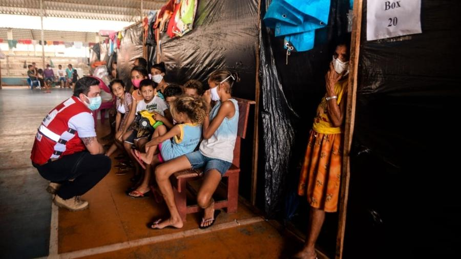 Júlio Cals, presidente da Cruz Vermelha Brasileira, conversa com crianças - André Benicio/ASCOM CVB