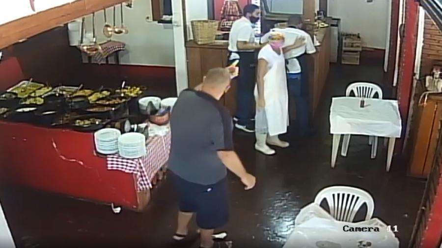 Câmeras de segurança registraram agressão no estabelecimento - Reprodução