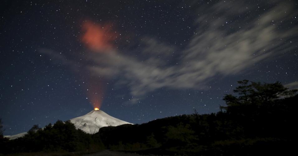24.jun.2015 - Erupção do vulcão Villarrica, no sul do Chile, lança muita cinza e fumaça. O Villarrica, localizado perto da estância turística de Pucón, a cerca de 750 quilômetros de Santiago, está entre os mais ativos na América do Sul