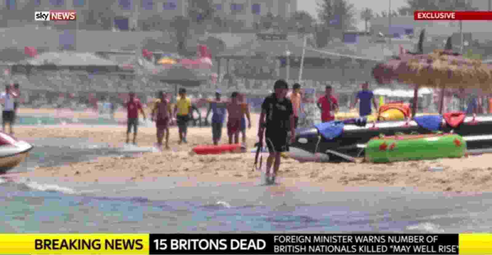 27.jun.2015 - A emissora de televisão britânica Sky News obteve neste sábado (27) imagens exclusivas do tunisiano Seifeddine Rezgui caminhando com uma AK-47 pela praia em Sousse, na Tunísia, onde ele matou 38 turistas, a maioria deles britânicos, nessa sexta-feira (26) - Sky News/Reprodução