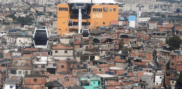 3.jul.2015 - Uma das obras do PAC (Programa de Aceleração do Crescimento) realizadas em favelas cariocas foi a construção do Teleférico do Complexo do Alemão