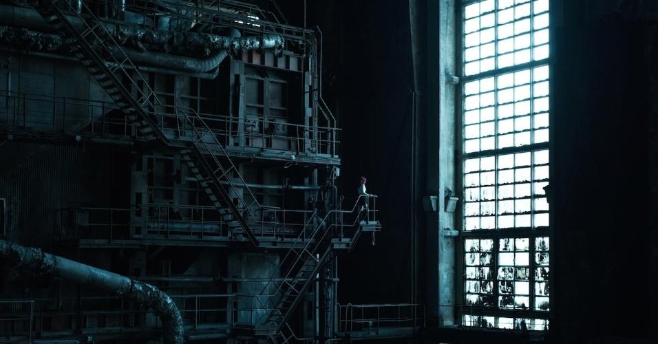 6.ago.2015 - Rastejar e escalar fizeram parte da missão para acessar uma usina de abandonada em Budapeste, capital da Hungria, diz o fotógrafo David De Rueda em seu site