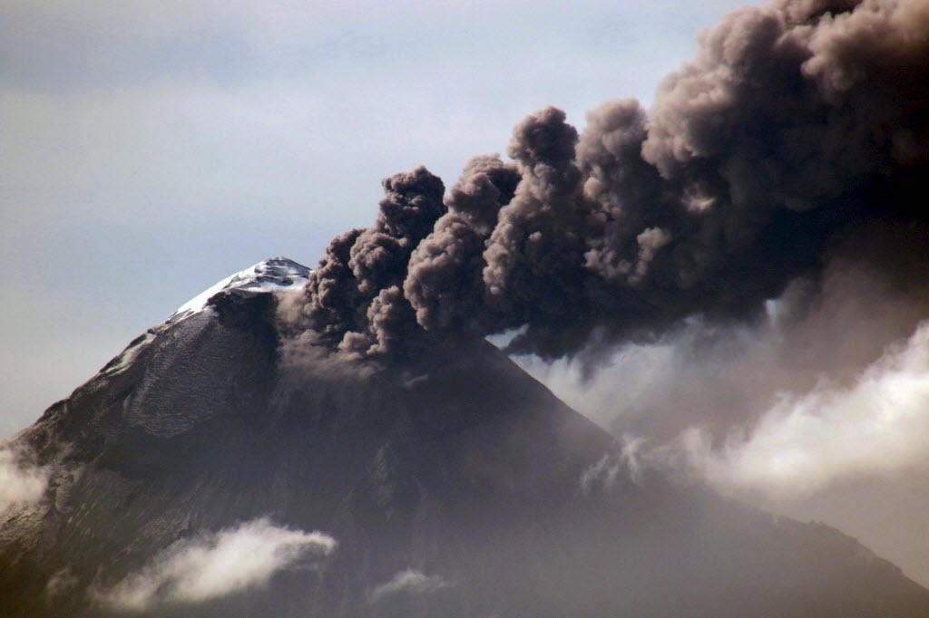 11.set.2015 - Vulcão Tungurahua expele gás e cinzas perto de Banos, no Equador