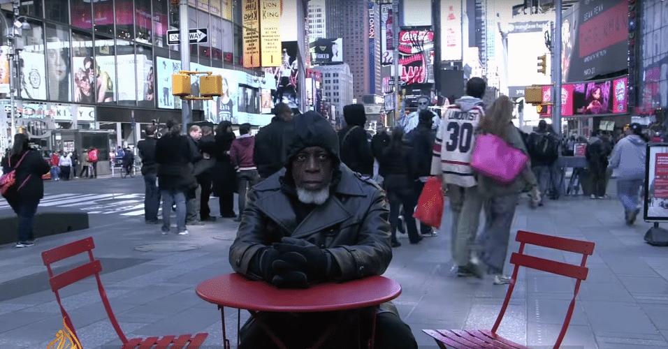 25.nov.2015 - Libertado após 44 anos preso, Otins Johnson é levado por rede de TV para a Times Square e se espanta com tecnologia