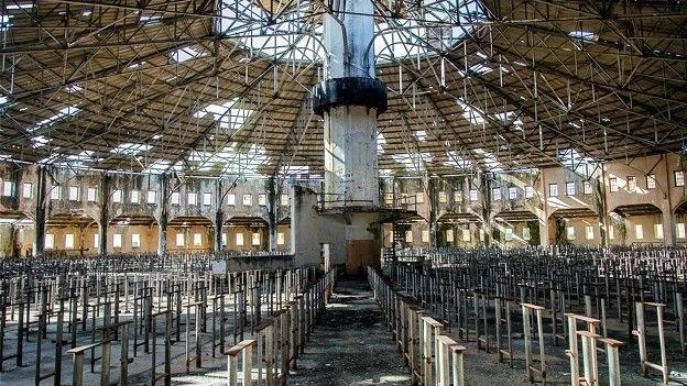 """4.jan.2016 - O refeitório do presídio abrigava 3 mil detentos. O local foi descrito pelo escritor cubano Pablo de la Torriente Brau, que esteve preso lá, como """"refeitório dos 3 mil silêncios"""", por causa da proibição de falar durante as refeições"""