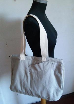Bolsa produzida a partir de uniforme, pela empresa Retalhar, que recicla tecidos e transforma em brindes
