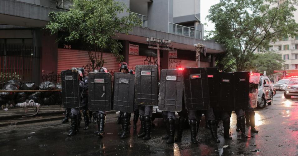14.jan.2016 - Tropa de choque da Polícia Militar acompanha manifestantes durante ato do MPL (Movimento Passe Livre) contra o aumento da tarifa do transporte público em São Paulo, no centro de São Paulo