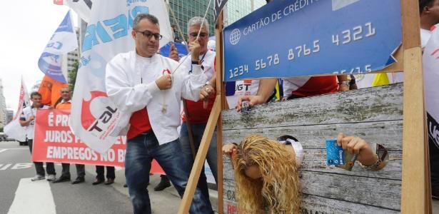 Centrais sindicais protestam contra juros altos em frente à sede do BC em São Paulo - Nelson Antoine / FramePhoto / Agência O Globo