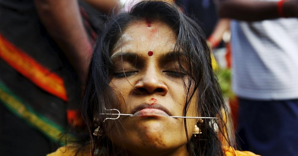 23.jan.2016 - Uma devota hindu reage após ter sua língua perfurada durante festival Thaipusam, em Kuala Lumpur, capital da Malásia. O festival ocorre tradicionalmente entre os meses de janeiro e fevereiro em algumas nações da Ásia e da África