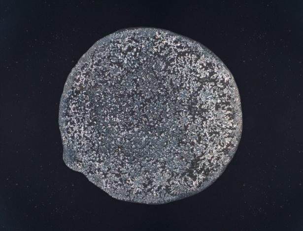 7.mar.2016 - Segundo o oftalmologista do Instituto Penidoo Burnier, Leôncio Queiroz Neto, as lágrimas (ou filme lacrimal) possuem três camadas: a mais externa é a gordurosa, capaz de evitar a evaporação da segunda camada, a aquosa. Nela, há água, sais minerais e anticorpos. A mais interna é a formada pela mucina, glicoproteína que fica em contato direto com a córnea. Todos os tipos de lágrimas possuem essa composição, o que varia são as concentrações. A lágrima da foto foi produzida cortando cebola, ou seja, é do tipo reflexiva
