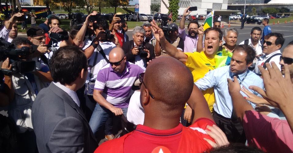 17.mar.2016 -Manifestantes pró e contra o governo Dilma Rousseff (PT) entram em confronto em frente ao Palácio do Planalto, em Brasília, onde aguardam a posse do ex-presidente Luiz Inácio Lula da Silva (PT) como ministro-chefe da Casa Civil. A discussão foi interrompida por soldados da Polícia Militar