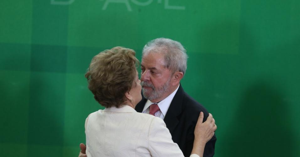 17.mar.2016 - Dilma e Lula se abraçam na posse do ex-presidente como ministro-chefe da Casa Civil