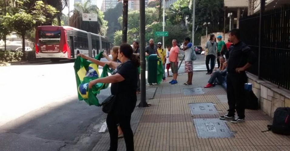 18.mar.2016 - Manifestantes retirados da avenida Paulista seguem para o cruzamento da avenida 9 de Julho com a alameda Itu, em São Paulo. A Tropa de Choque liberou a via com jatos de água temendo confrontos na região, já que um ato pró-governo está marcado para as 16h no local