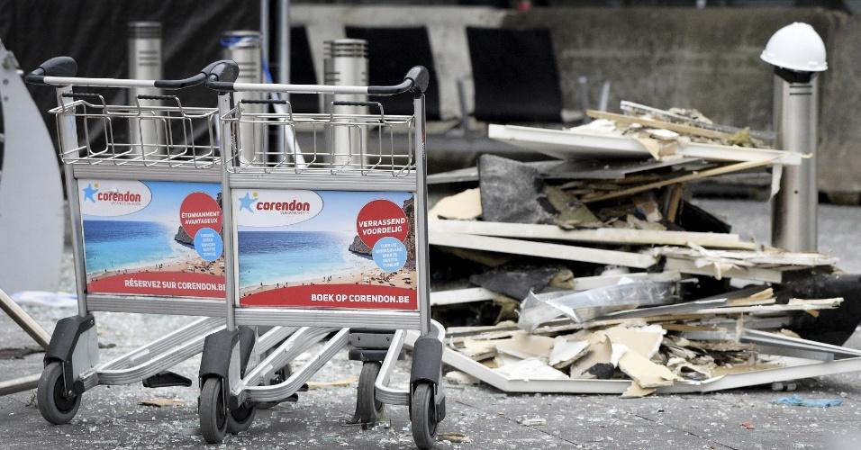 23.mar.2016 - Danos são vistos no aeroporto internacional de Bruxelas um dia depois dos atentados terroristas que atingiram a capital belga. Hoje as equipes de bombeiros e peritos forenses iniciaram trabalhos no local