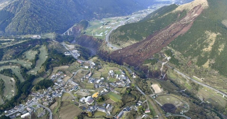 15.abr.2016 - Deslisamento de terra na cidade de Minamiaso, na prefeitura de Kumamoto, no sudeste do Japão, foi causado após vários terremotos, o mais forte de 6,5 graus de magnitude, atingir o país asiático. Os tremores deixaram centenas de feridos e pelo menos nove mortos, de acordo com as autoridades locais