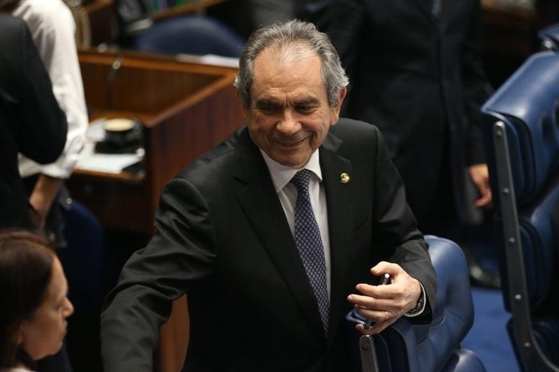 20.abr.2016 - O senador Raimundo Lira (PMDB-PB) foi convidado pela liderança do PMDB para presidir a comissão do impeachment da presidente Dilma Rousseff no Senado. Lira, que foi senador constituinte (1987-1995), já presidiu em três ocasiões a Comissão de Assuntos Econômicos (CAE), da qual foi um dos fundadores, e já comandou a Comissão Mista de Orçamento