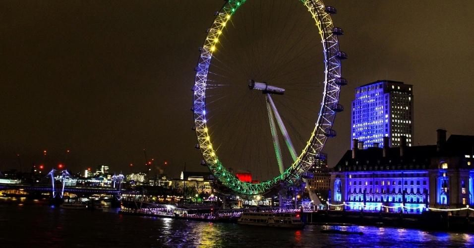 28.abr.2016 - London Eye, famosa roda-gigante de Londres, na Inglaterra, é iluminada com as cores da bandeira brasileira como parte da contagem regressiva para os Jogos Olímpicos. Outros monumentos pelo mundo, como a Sede do Governo de Tóquio, no Japão, e a Ponte das Correntes, em Budapeste, na Hungria, também participaram da homenagem. O Brasil irá sediar as Olimpíadas em agosto deste ano