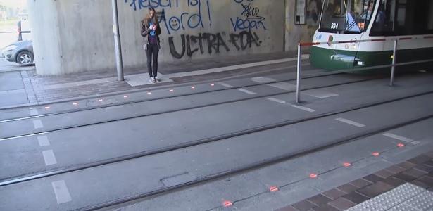 Semáforo no chão avisa transeuntes que usam smartphones enquanto andam em Augsburgo, na Alemanha