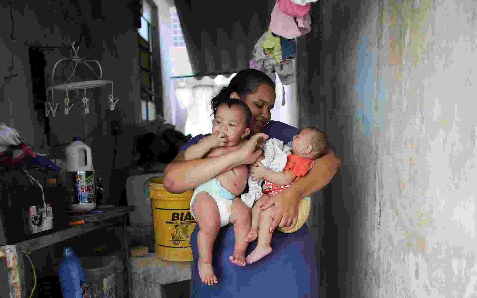 Jaqueline Jéssica Silva de Oliveira é mãe dos gêmeos de 5 meses de idade Laura e Lucas. Um deles tem microcefalia e o outro, não. A moradora de Santos, no litoral paulista, está sendo acompanhada por pesquisadores da USP que querem desvendar o que ainda não se sabe sobre o vírus da zika - Nacho Doce/Reuters