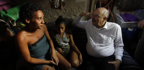 O ministro do Desenvolvimento Social e Agrário, Osmar Terra, visita família carente no Recife