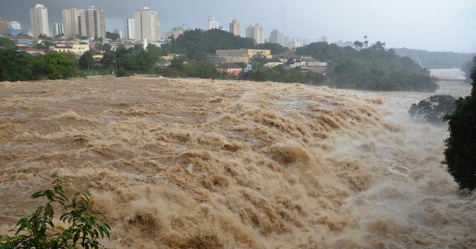 6.jun.2016 - Por conta das chuvas nos últimos dias, o rio Piracicaba, no interior de São Paulo, chega a 4,65 metros e permanece em estado de emergência. Se o nível passar de 4,70 metros, o manancial começa a transbordar