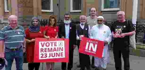 Jo Cox (de vestido vermelho, sem lenço) segura cartaz pedindo o voto pela permanência do Reino Unido na UE - Reprodução/Facebook - Reprodução/Facebook