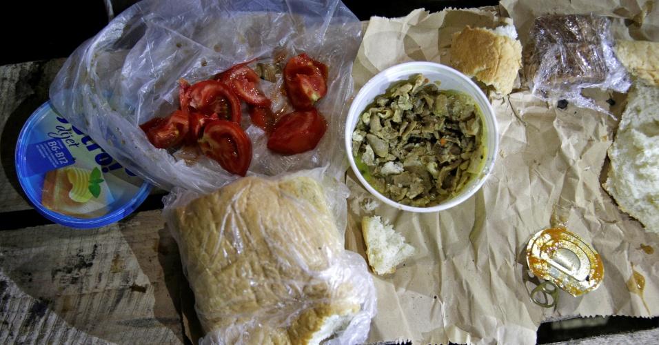 4.jul.2016 - No jantar da quebra do jejum, eles comem vitela, tomate e pão marrom