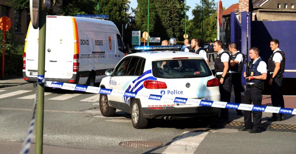 6.ago.2016 - Polícia monta guarda em Charleroi, na Bélgica, após homem ter atacado duas policiais do lado de fora da principal estação de polícia local