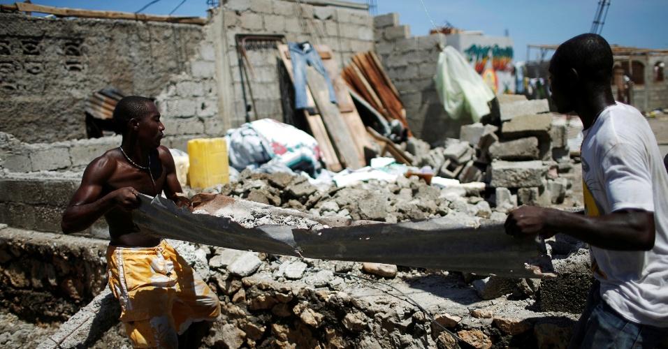 8.out.2016 - Homens retiram destroços após passagem do furacão Matthew por Jeremie, no Haiti