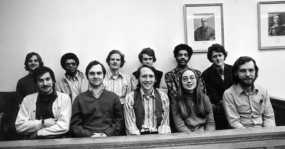 A turma de Hillary (a única mulher na foto) na Universidade de Direito de Yale (EUA), onde ela se graduou em 1973. Ao fundo, à direita, o futuro marido, Bill Clinton