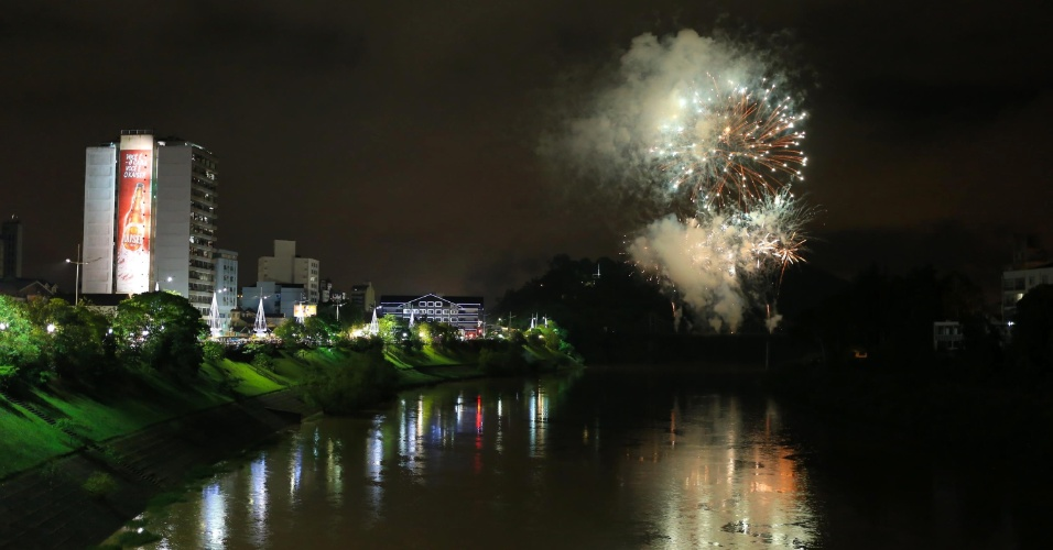 1.jan.2017 - Queima de fogos de artifício durante Festa de Réveillon em Blumenau (SC)
