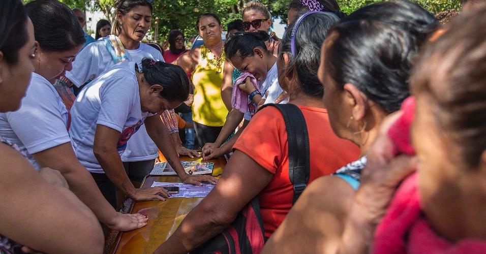 4.jan.2017 - No Cemitério Nossa Senhora da Aparecida, em Manaus, familiares se despedem no sepultamento de preso morto na rebelião do presídio Anísio Jobim