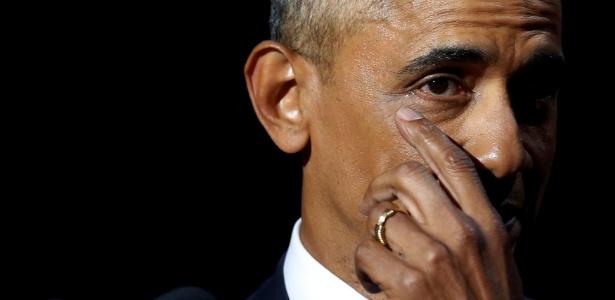 Barack Obama enxuga uma lágrima durante seu último discurso como presidente dos EUA, em Chicago