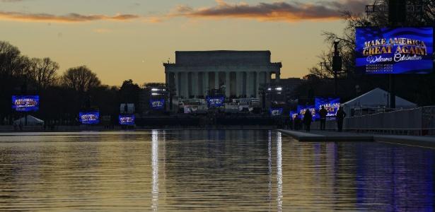 """Telões em frente ao Memorial Lincoln exibem o slogan de Trump """"Tornar a América Grande de Novo"""" dias antes da posse do empresário na presidência americana"""