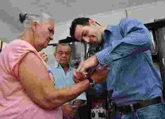 Idoso coloca pulseira de monitoramento que a franquia 24/7 Care usa para monitorar idosos a distância - Divulgação