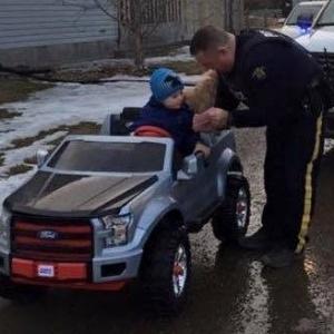 Policial multa o pequeno Nathan, em Fort McMurray