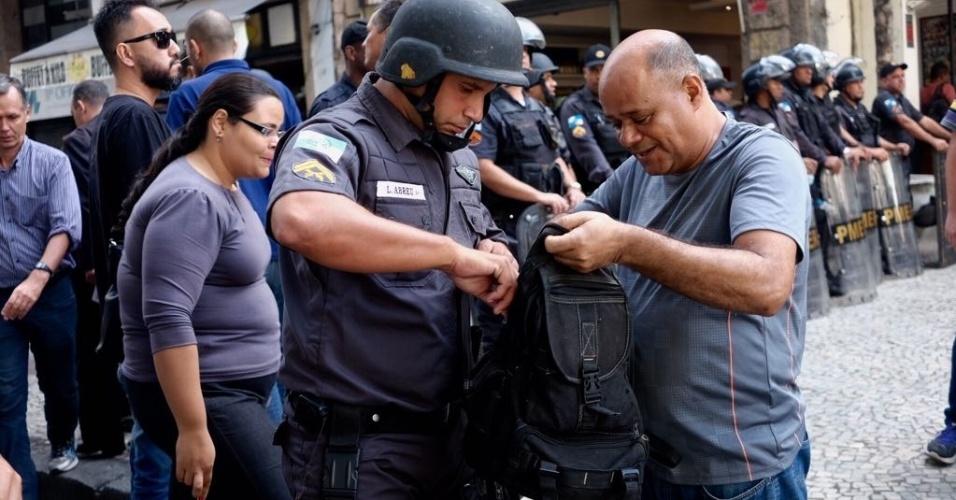 PMs revistam manifestantes no entorno da Alerj