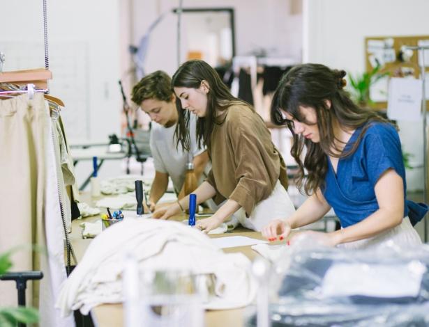 Funcionários da empresa Elizabeth Suzann trabalhando em escritório, em Nashville